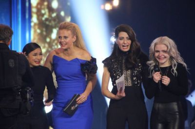 Barbara Schöneberger and Linda Zervakis with Sisters on stage